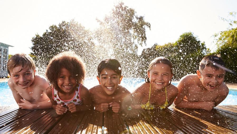 Grupo de amigos en piscina