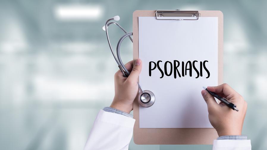 Médico escribiendo psoriasis en una hoja