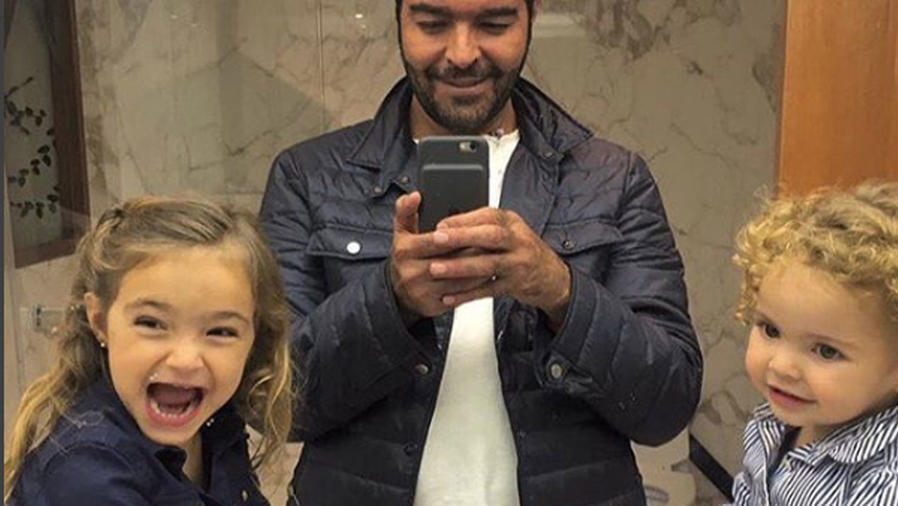 Pablo Montero con sus hijas