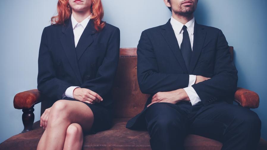 Mujer y hombre sentados lado a lado