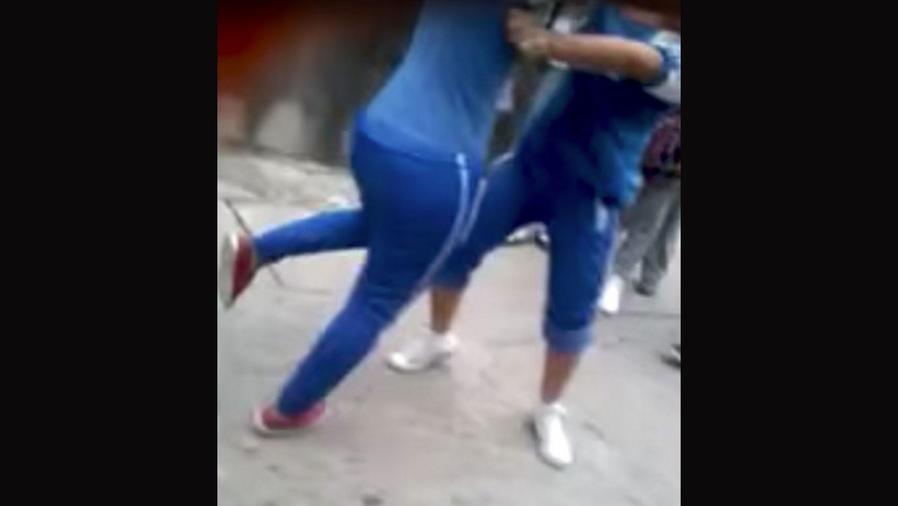 Pela en México de dos jóvenes termina con una en convulsiones (VIDEO)