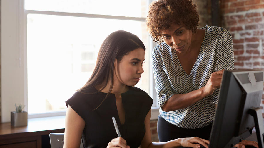 Dos mujeres de negocios en oficina
