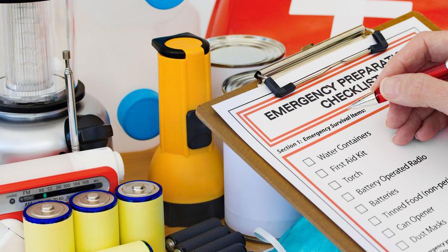 Hombre revisando kit de emergencia