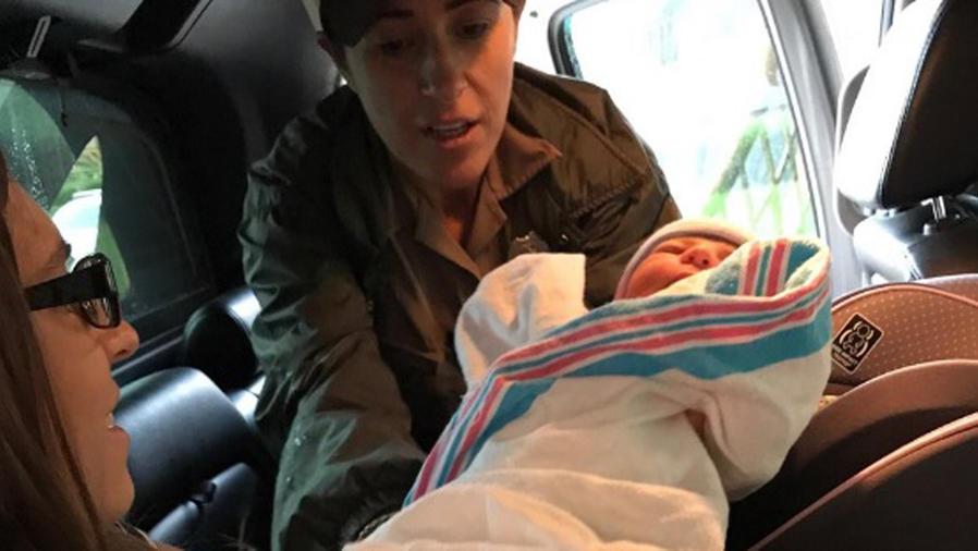 Mamá cargando a su hija Nayiri Storm