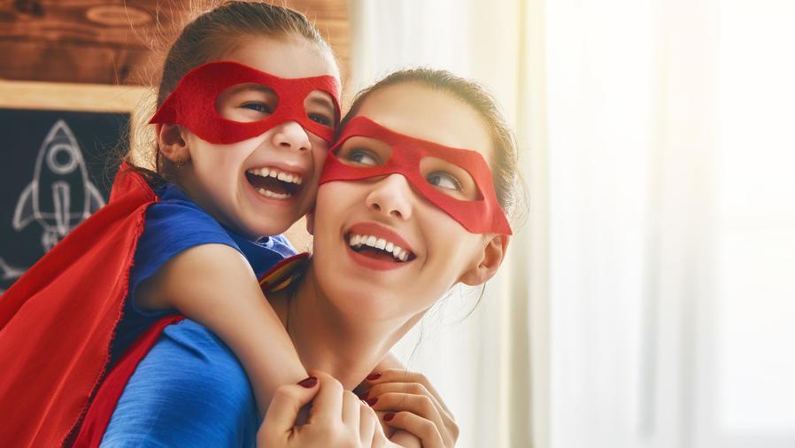Madre e hija disfrazadas de superhéroes