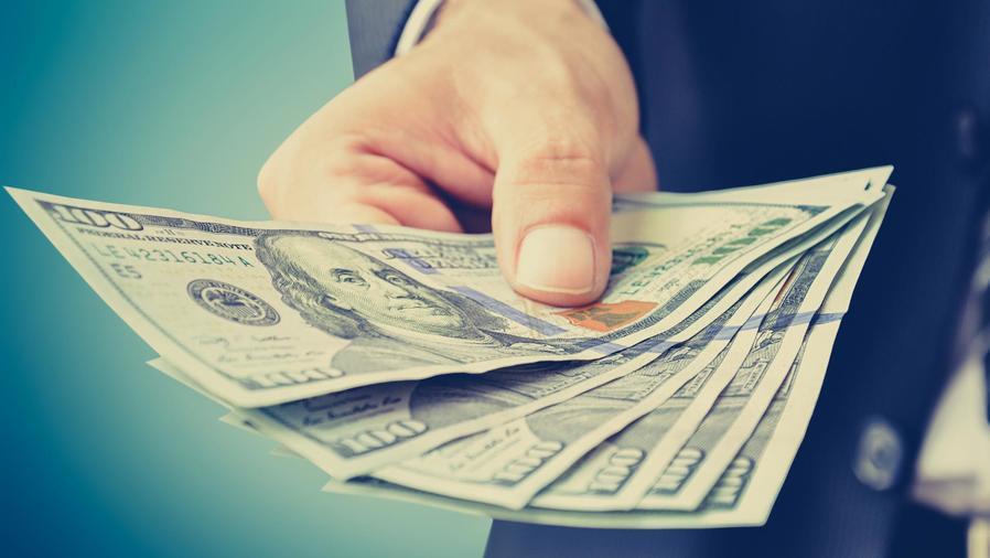 Personas con dólares en la mano