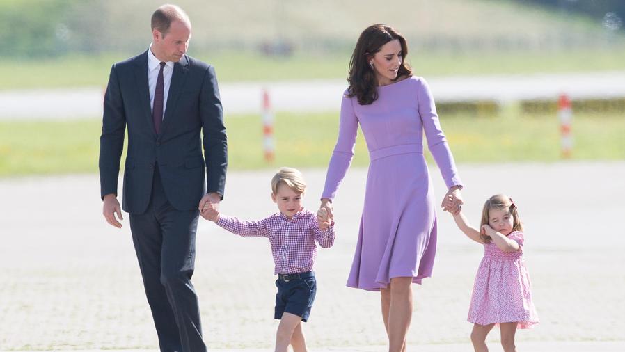 Príncipe Guillermo caminando con su familia
