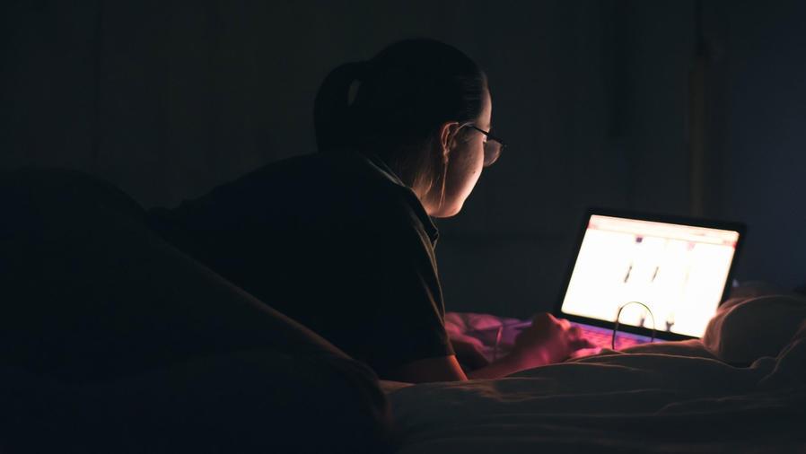 Señora en computador