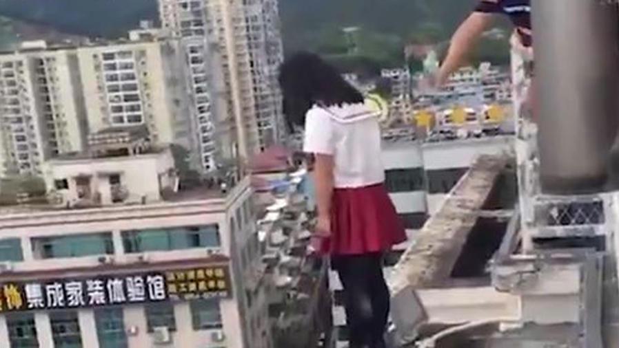 Un hombre evita el suicido de una niña con un simple engaño (VIDEO)