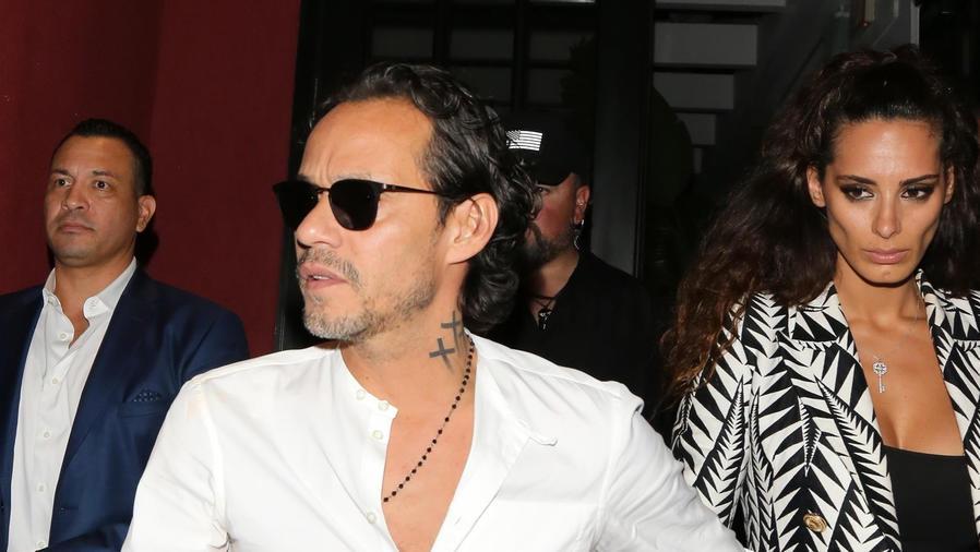 Marc Anthony tomando de la mano a Rafaella Modugno
