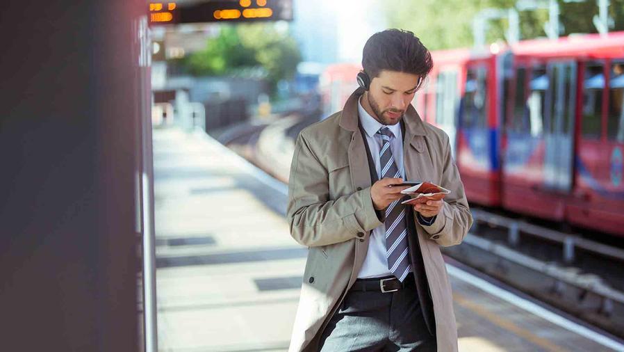 Hombre con un celular
