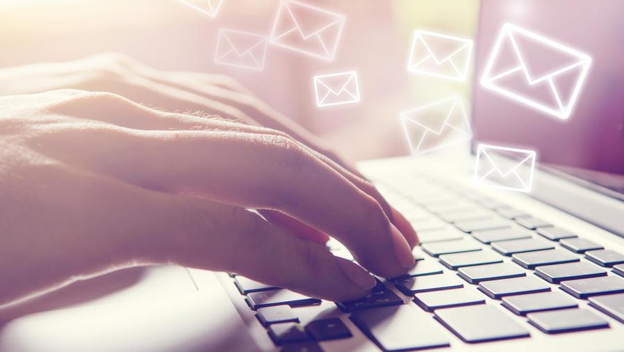 Mujer enviando correos laborales