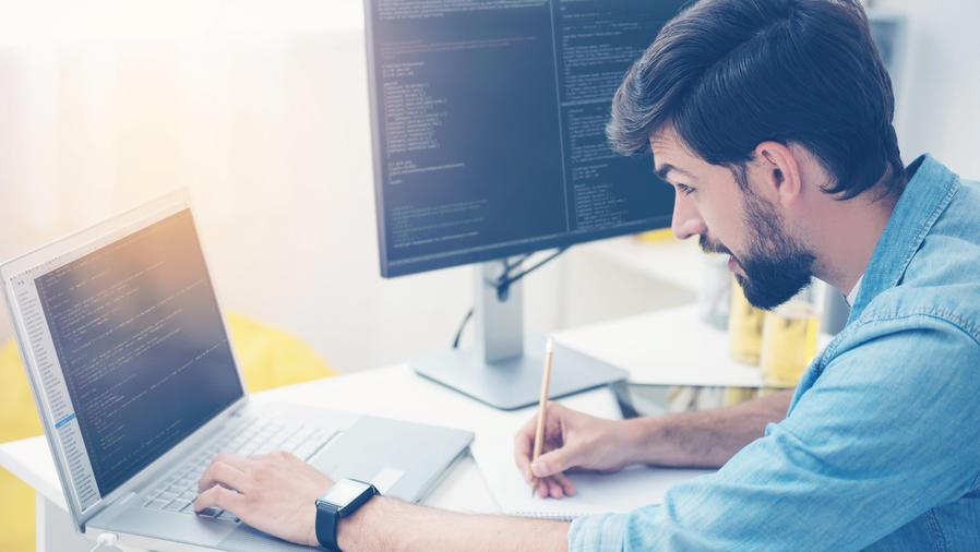 Ingeniero de software trabajando frente a una laptop