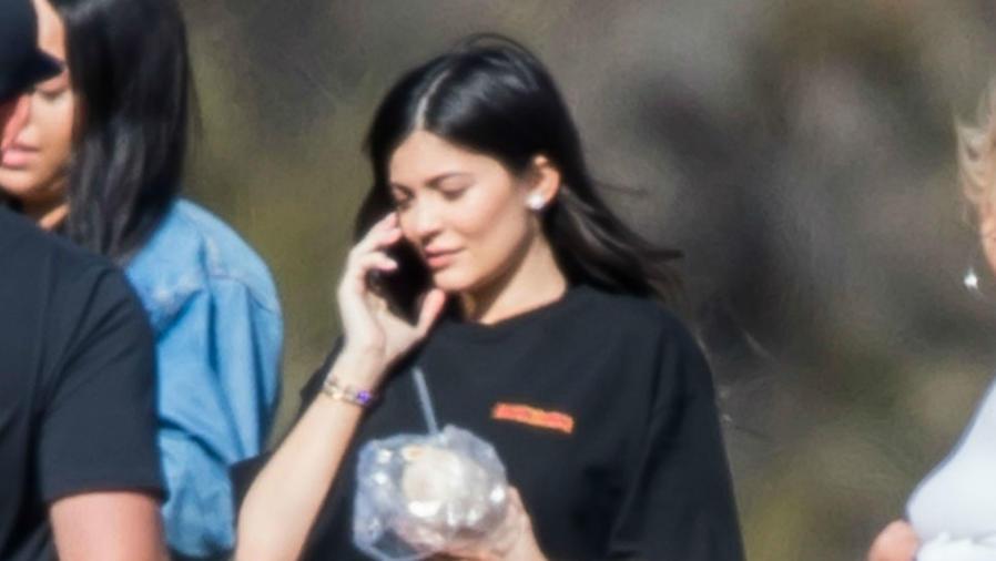 Kylie Jenner hablando por celular