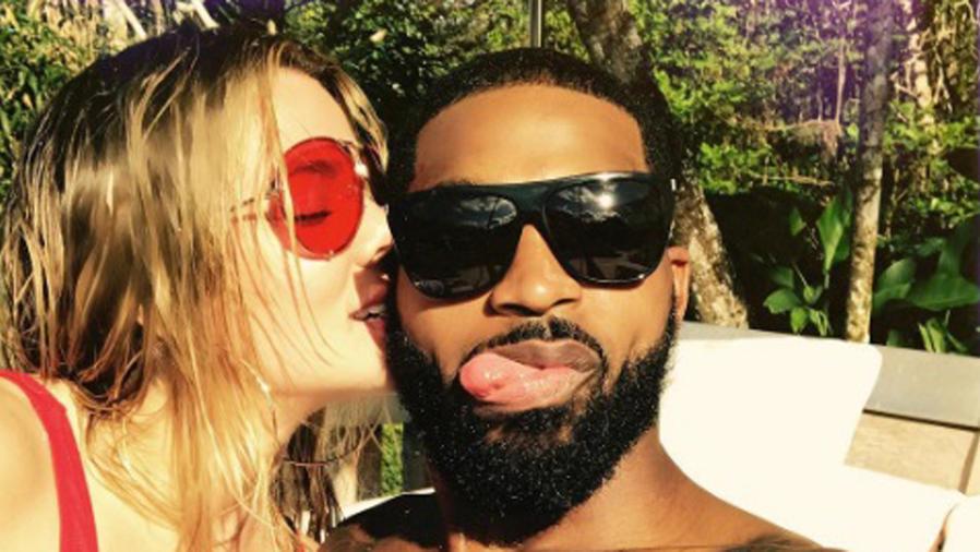 Khloé Kardashian besando a Tristan Thompson