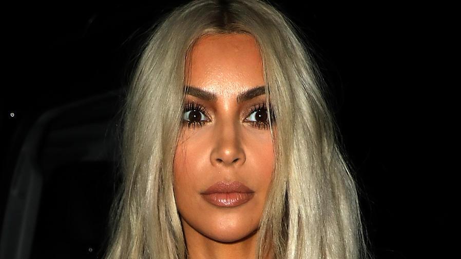 Kim Kardashian con cabello platinado