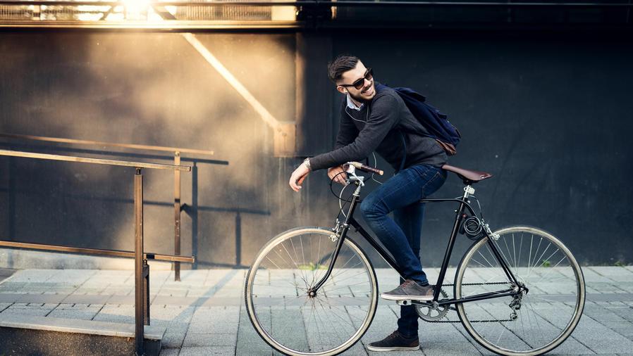 Hombre joven yendo en bicicleta al trabajo