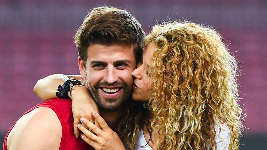 Shakira besando a Piqué