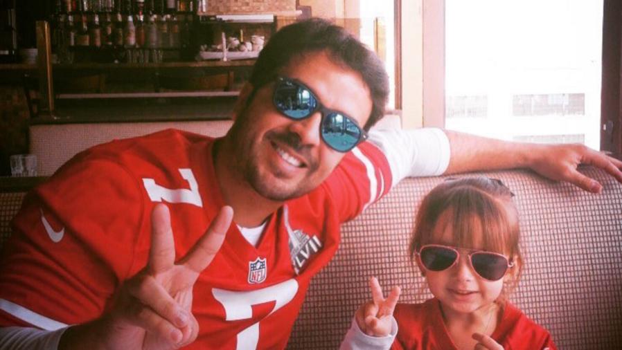 Luis Fonsi al lado de su hija Mikaela
