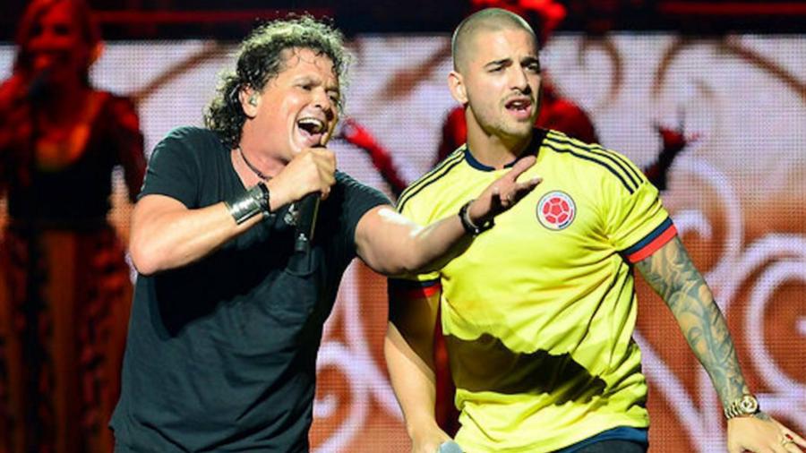 Carlos Vives y Maluma cantando juntos.