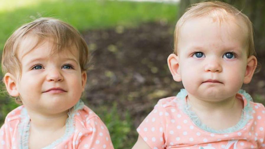 Mellizas nacidas de diferente mamá