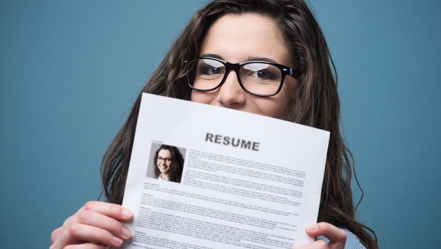 Chica joven sosteniendo su currículum