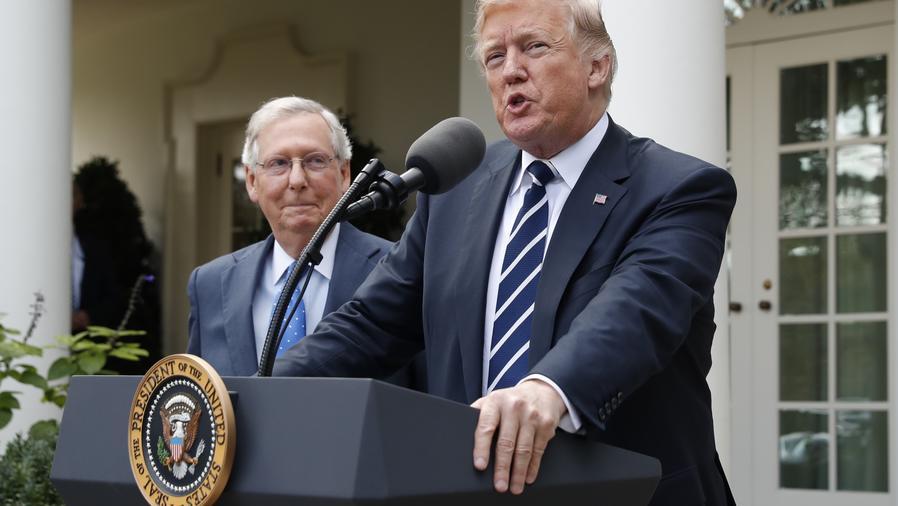 El presidente Donald Trump con el líder de la mayoría en el Senado Mitch McConnell en La Casa Blanca el lunes 16 de octubre del 2017
