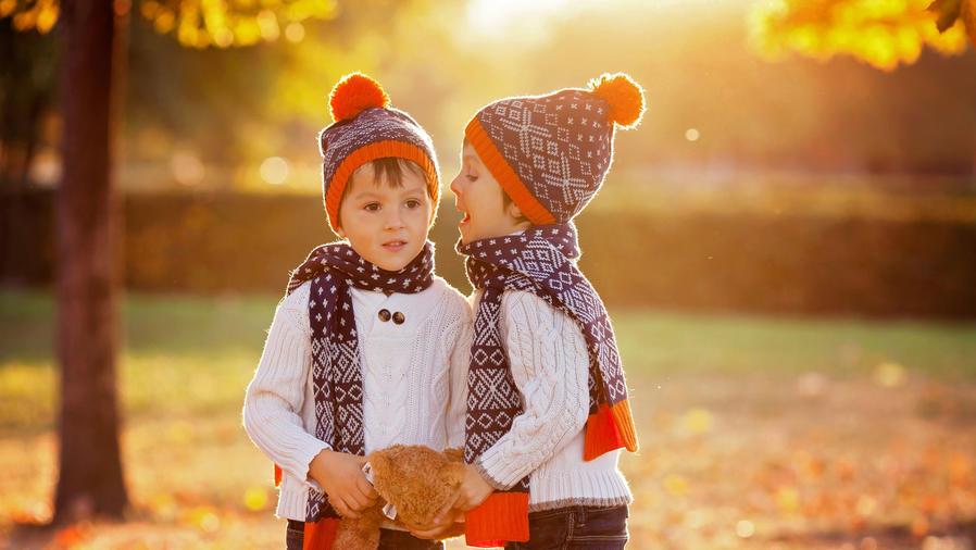 Niños con peluche en el parque
