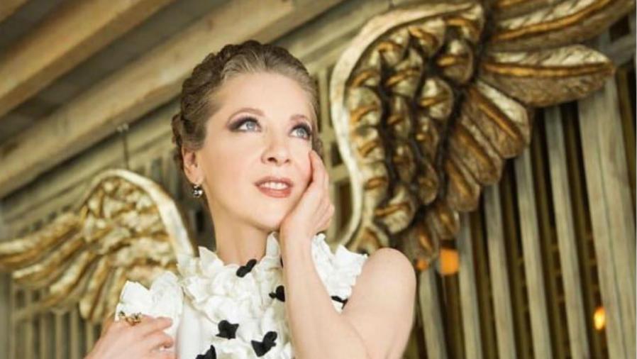 Edith Gonzalez con alas de ángel