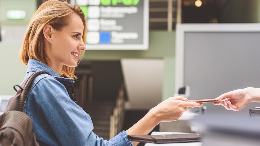 Mujer entregando su pasaporte en el aeropuerto