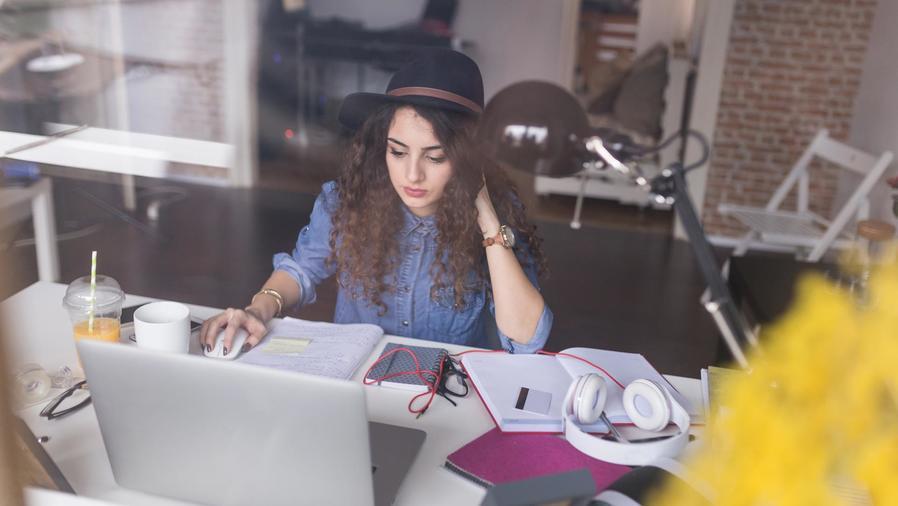 Mujer freelance trabajando