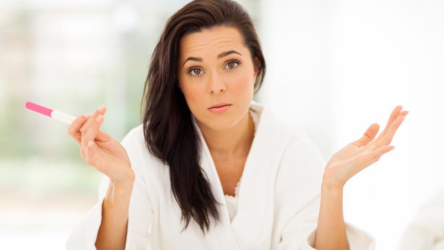 Mujer confundida con una prueba de embarazo