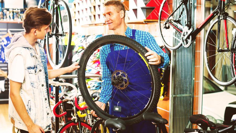 Joven comprando una bicicleta