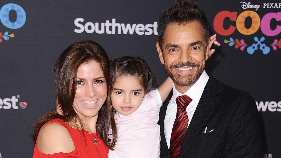 Eugenio Derbez con Alessandra Rosaldo y su hija Aitana en el estreno de Coco