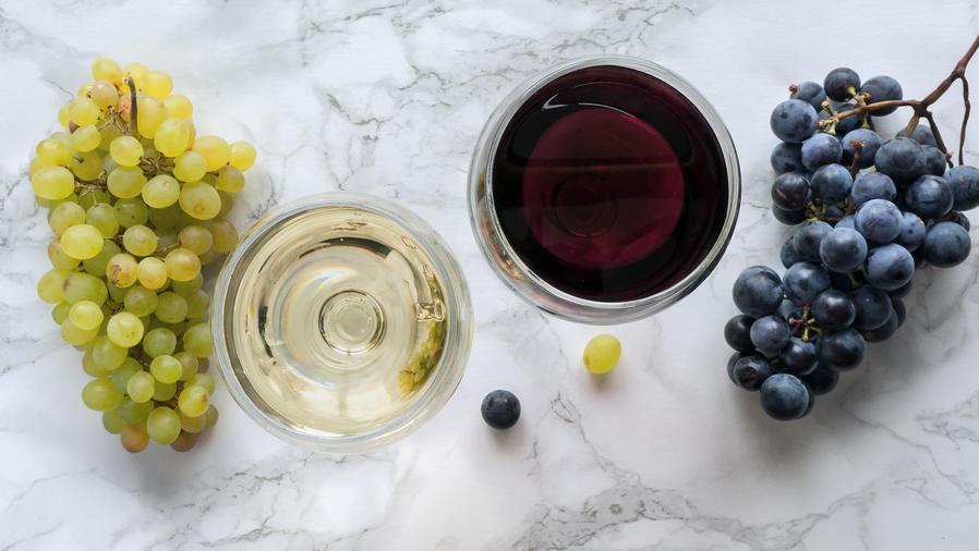 Vasos de vino y racimos de uvas