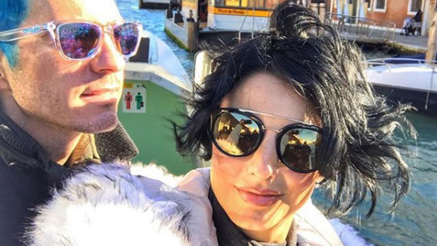 Aislinn Derbez y Mauricio Ochmann con gafas de sol
