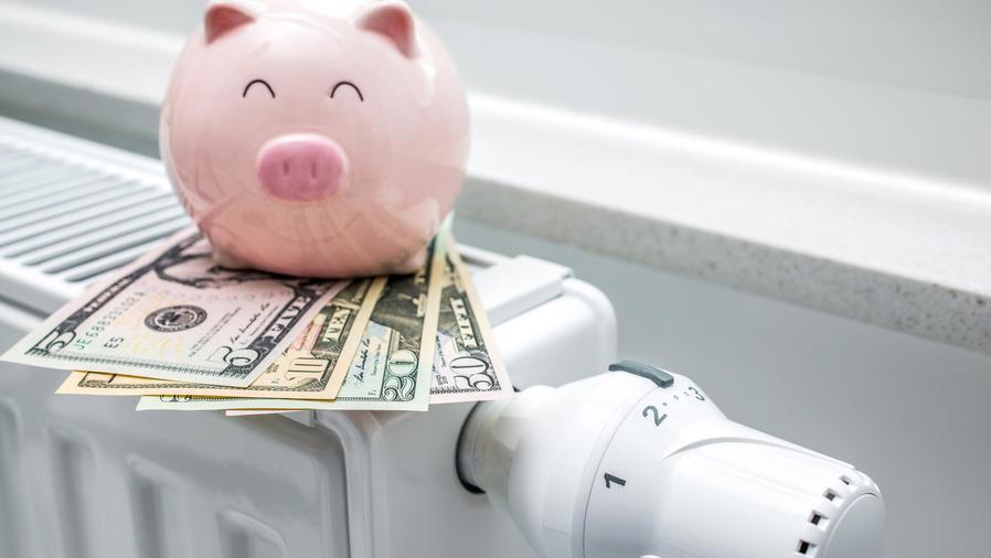 Dinero y alcancía sobre estufa