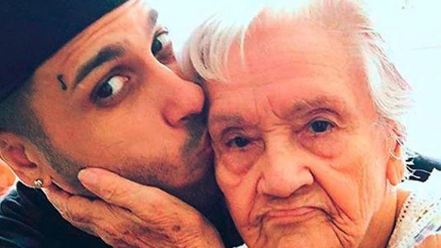 Nicky Jam con su abuelita