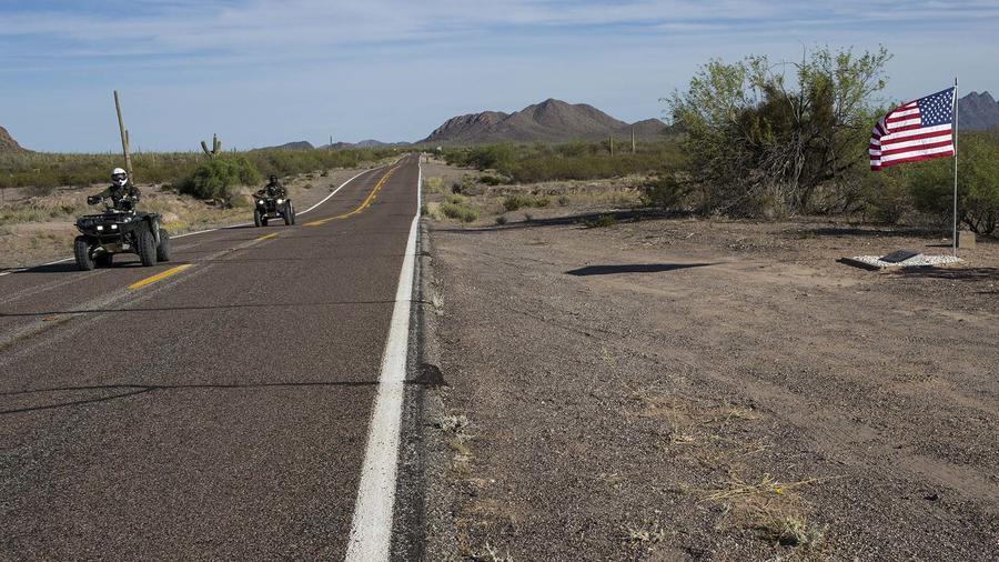 Agentes de la frontera patrullan  una carretera en moto
