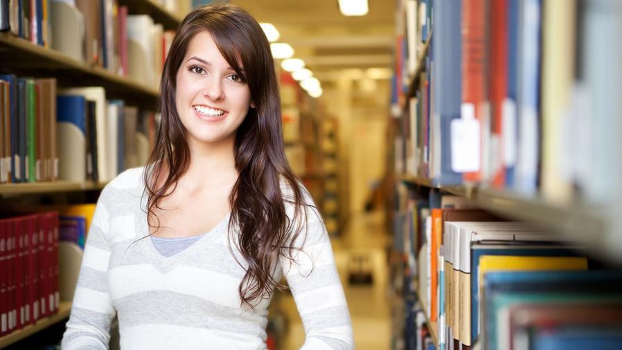 Joven estudiante cargando libros