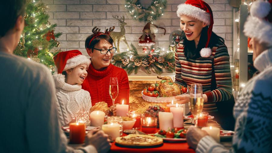 Familia durante la cena navideña