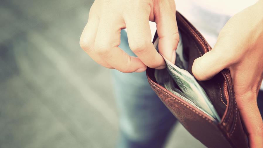 Hombre sacando dinero de la billetera