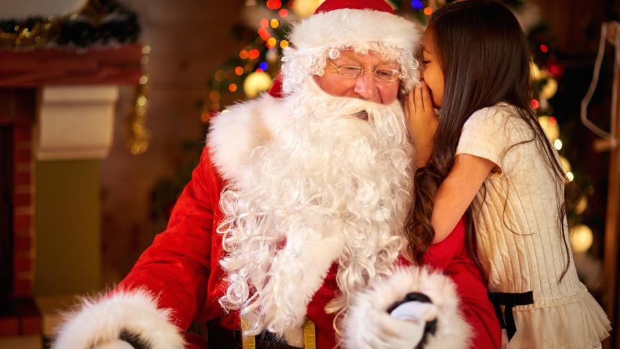 Niña hablando con Santa Claus