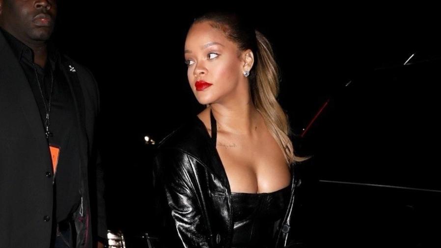 Rihanna con un vestido negro apretado