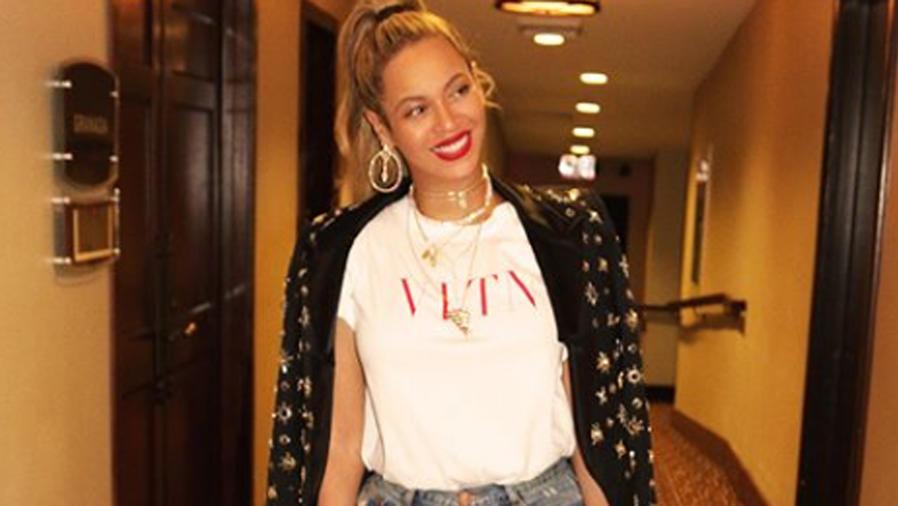 Beyoncé con camiseta blanca