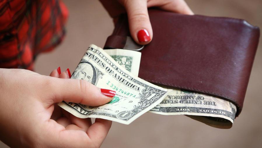 Mujer con billetes