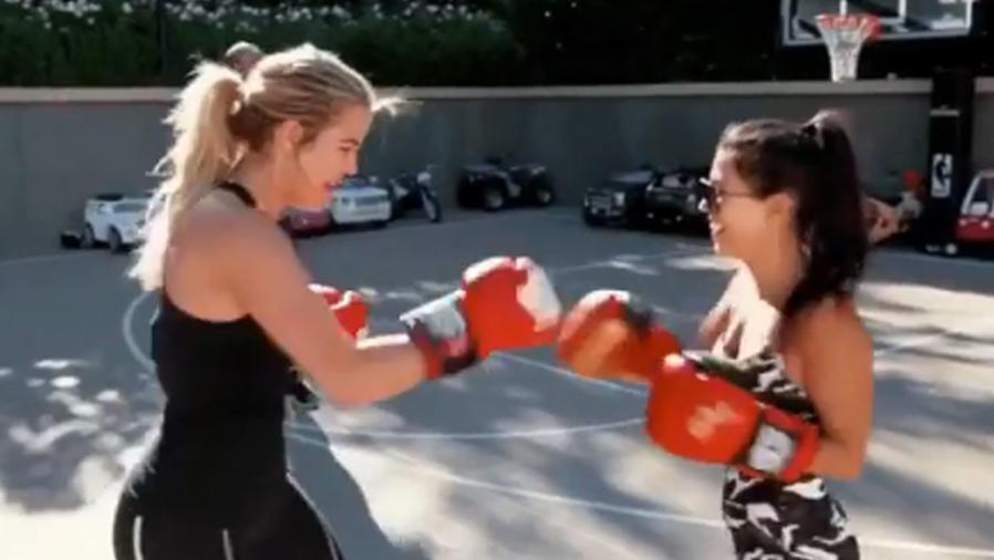 Khloé Kardashian boxeando