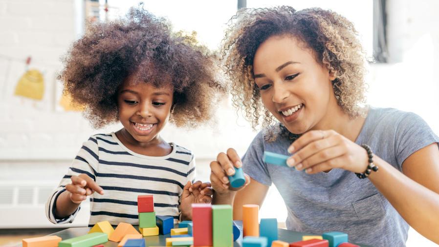 Mamá e hijo jugando con bloques