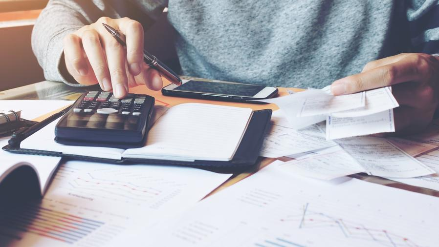 Persona haciendo cuentas con calculadora