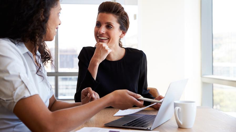 Dos mujeres en la oficina trabajando